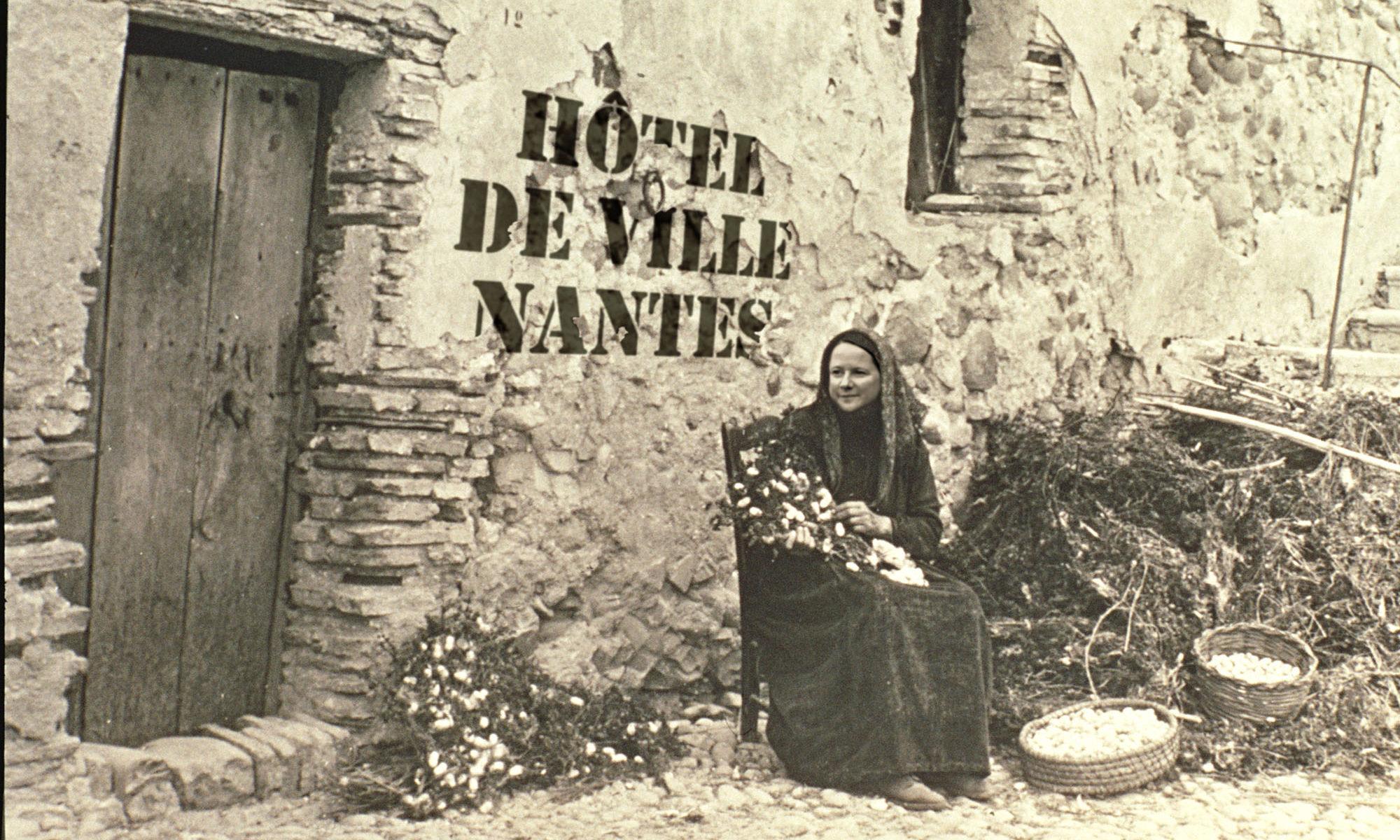 Johanna devant la mairie de Nantes à la fin de son troisième mandat, après huit ans de confinement.